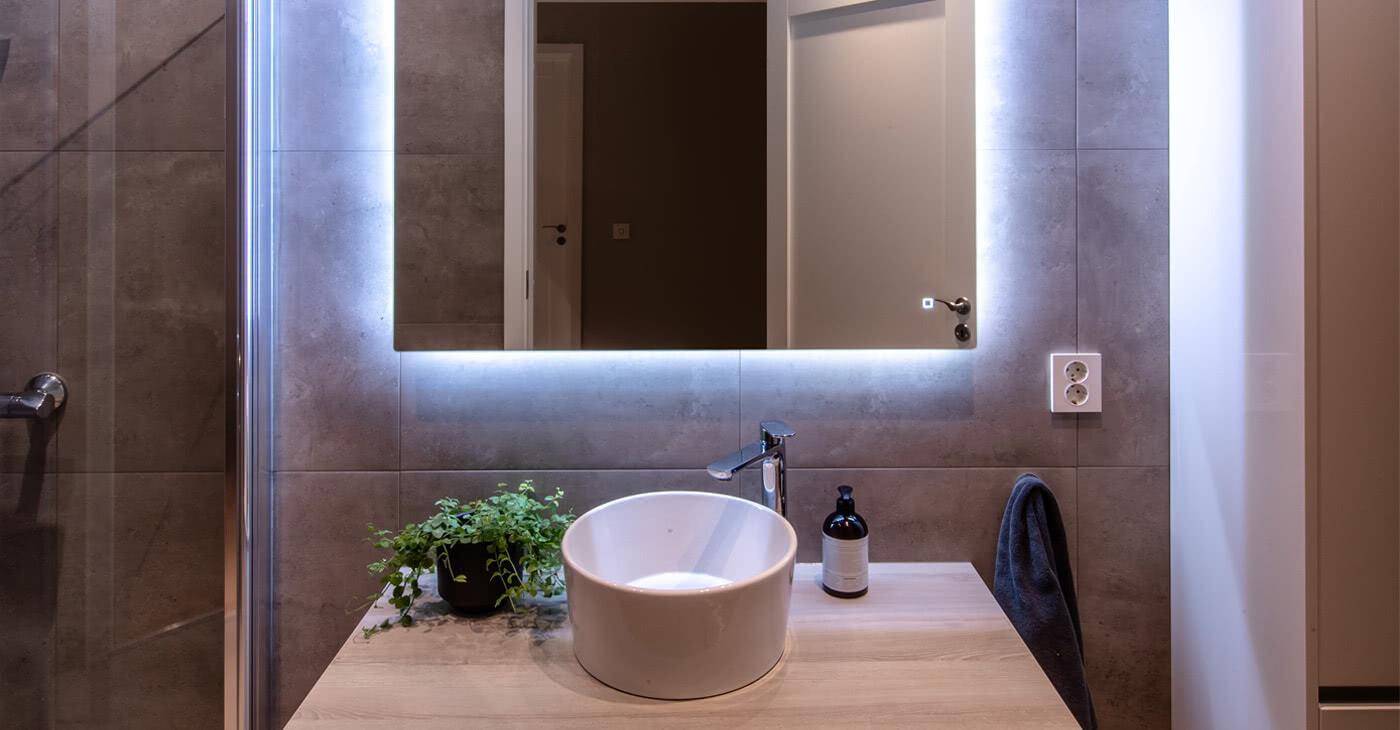 Riktig baderomsbelysning er viktig. LED strip rundt speilet gir god belysning og ser kult ut samtidig