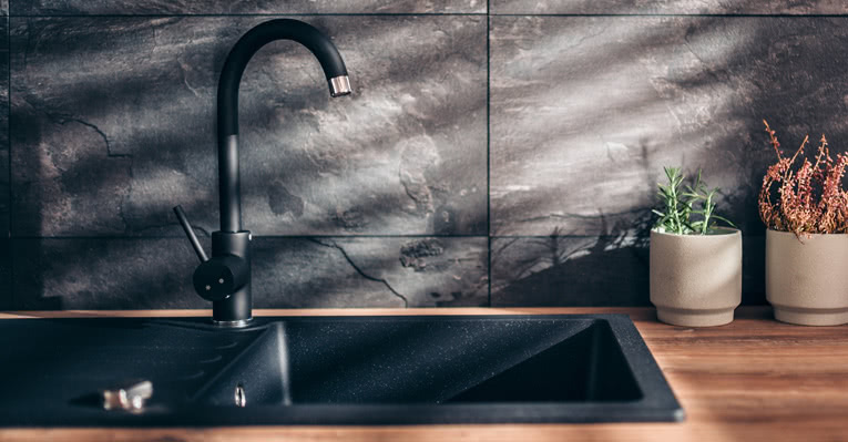 Flislegge vegger på kjøkkenet er både fint og praktisk